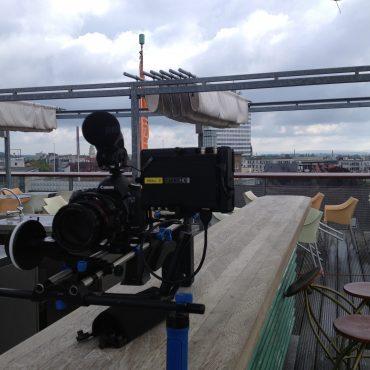 Eine Filmkamera über den Dächern einer Stadt, kurz vor den Filmaufnahmen