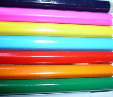 Auf dem Bild sehen wir einen Kasten mit bunden Malstiften mit den Farben grün, orange, rot, blau, gelb, rosa und schwarz als Sinnbild für die Vielfalt in Deutschland und die gelungene Integration