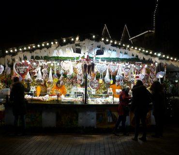Das Foto zeigt einen Stand mit Süßigkeiten und Lebkuchenherzen auf einem Weihnachtsmarkt.