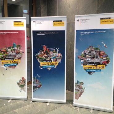 das Foto zeigt die aktuellen Plakate zum Wissenschaftsdialog 2015 mit dem Motto Zukunftsstadt
