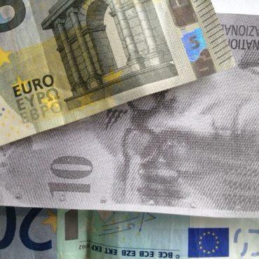 Das Foto zeigt Geldscheine, Euros in Farbe und Schweizer Franken als Kopie in schwarz-weiß.