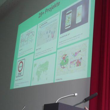 Das Bild zeigt Thomas Tursics, der ein Schaubild auf dem Beamer zeigt.