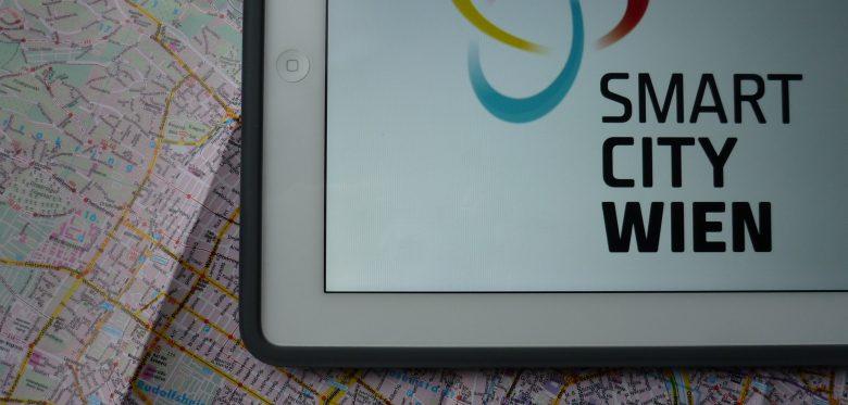 Das Foto zeigt das Logo von Smart City Wien auf einem Stadtplan.