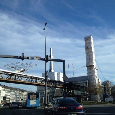 Das Bild zeigt das urbane Stadtbild von Wuppertal mit Verkehr, Straßenzügen und Fernwärmerohre.