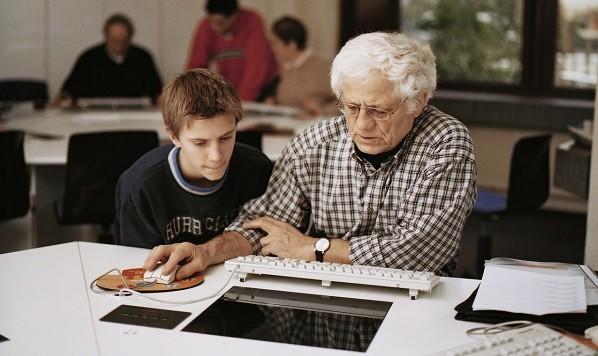 Schüler helfen Senioren beim Umgang mit dem Computer
