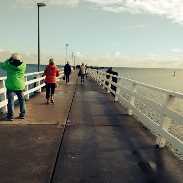 Das Foto zeigt eine Brücke mit Menschen.