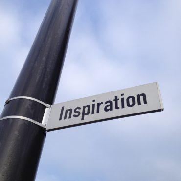 Das Foto zeigt ein Straßenschild mit der Aufschrift Inspiration.