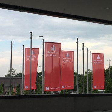 Das Foto zeigt Fahnen der Metropolitan Solutions in Berlin.