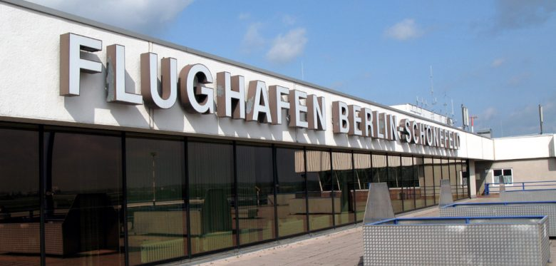 """Eingangsbereich mit großer Aufschrift """"Flughafen Berlin-Schönefeld"""""""