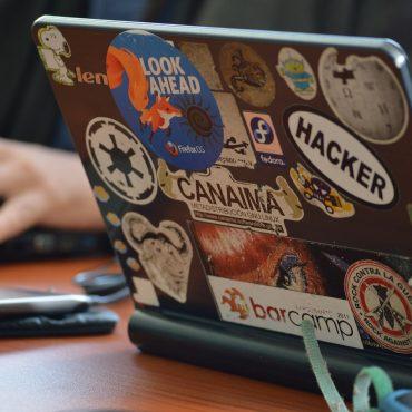 Klappe eines Laptops mit vielen Stickern, zum Beispiel Wikipedia und Firefox.