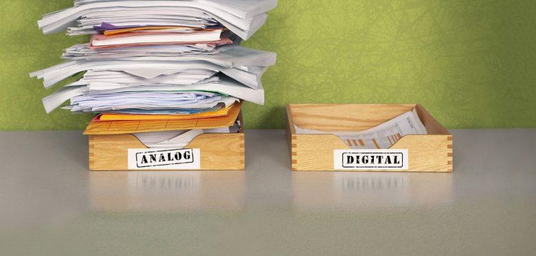 """Zwei Ablagehaufen. Der linke liegt in einem Fach wo der Aufkleber """"Analog"""" steht. Sehr viele Papiere drin. Rechts fast keine Papiere und der aufkleber """"Digital"""""""