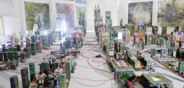 Zahlreiche zusammengeschaltete Platinen die zusammen aussehen wie mit Kabeln vernetzte hohe Häuser