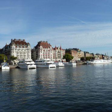 Blick auf eine Bootsanlegestelle in Stockholm. Viele weiße Schiffe.