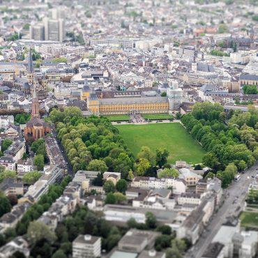 Blick aus der Vogelperspektive auf Bonn. Im Zentrum steht die Uni mit ihrem Hofgarten