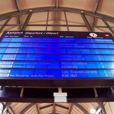 Blick von unten auf eine Anzeigetafel der Bahn im Bahnhof