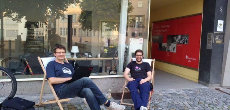 Stefan Kaufmann und Mario Wiedemann vor dem Verschwörhaus, in Liegestühlen sitzend