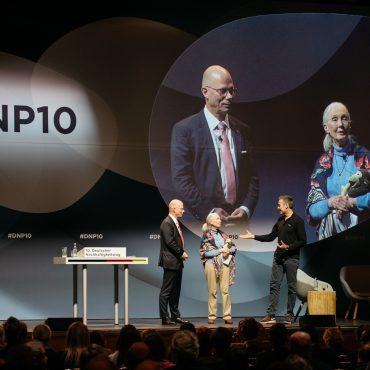 Von links nach rechts auf der Bühne: Günther Bachmann, Jane Goodall, der Journalist Dirk Steffens