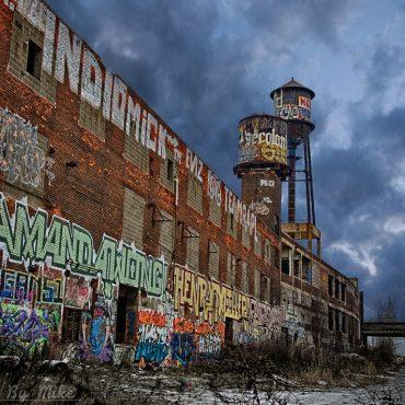 alte Häuserfassade mit Grafitis beschmiert
