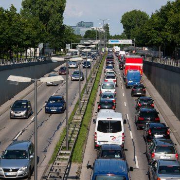 Blick auf eine verstopfte Stadtautobahn in der Rush Hour.