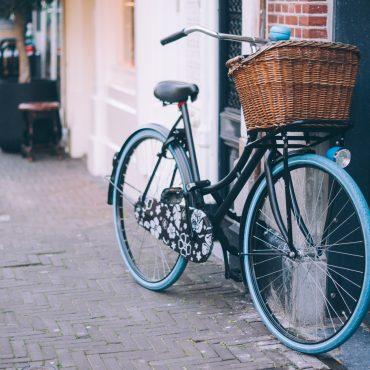 abgestelltes Fahrrad an einer Hauswand