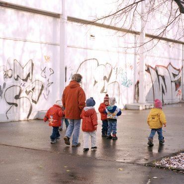 Eine Frau mit mehreren Kindern auf einem Fußgängerweg.