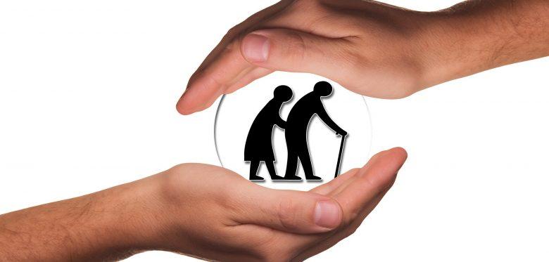 Schützende Hände über und unter älteren Menschen